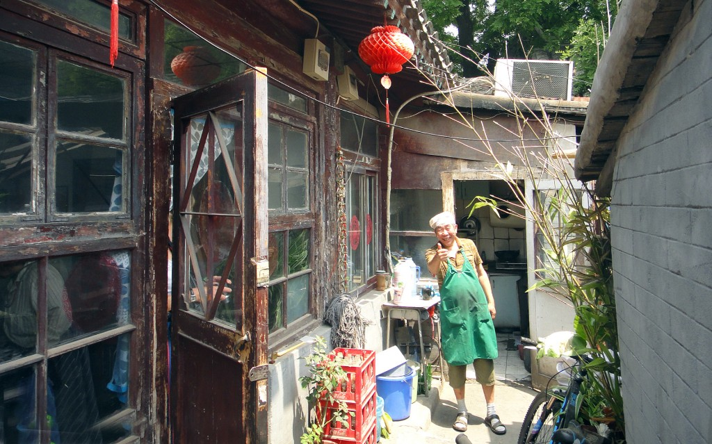Beijing: Chef in courtyard of Hutong residence
