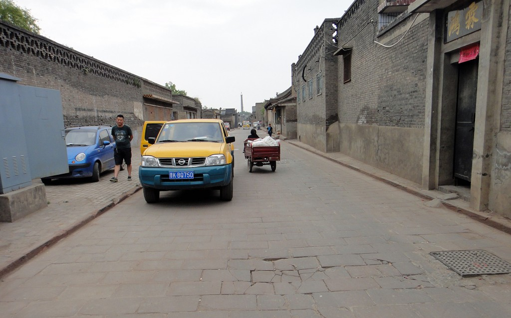 Pingyao: street with pedlar